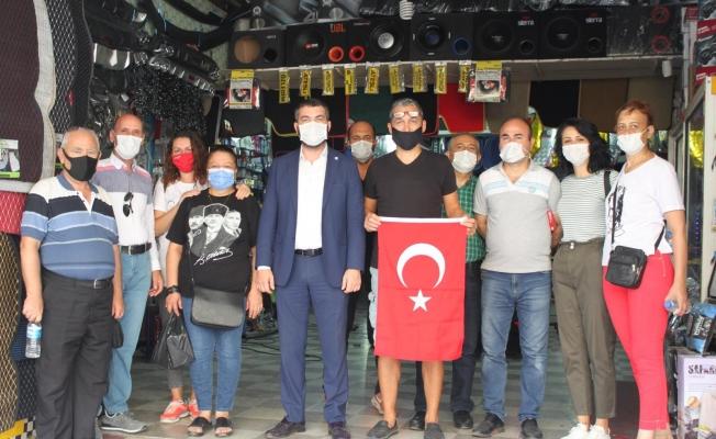 İYİ Parti'den esnafa Türk Bayrağı