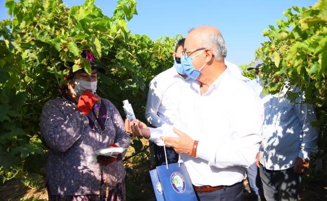 Manisa'da mevsimlik işçilere maske desteği