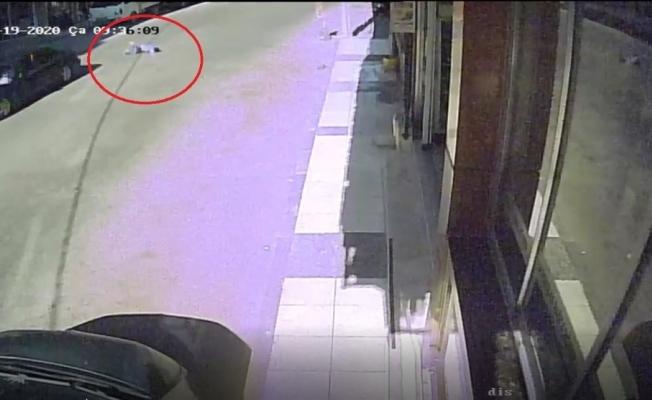 Otomobilin çarptığı çocuk metrelerce sürüklendi