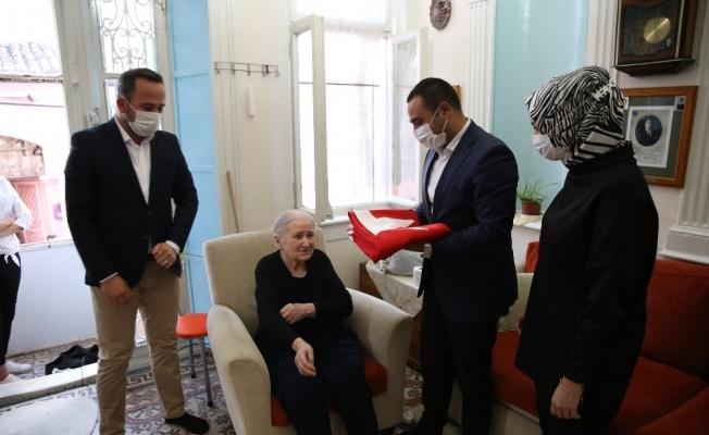 Evini Yunan vakfına satmayan Mihriye Yalazı'ya Ülkü Ocaklarından Türk bayrağı