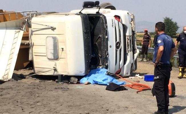 Manisa'da kum yüklü tır devrildi: 1 ölü