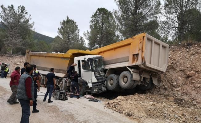 Manisa'da iki kamyon çarpıştı: 2 yaralı