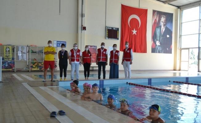 Türk Kızılay'ı çocuklara yüzme öğretti