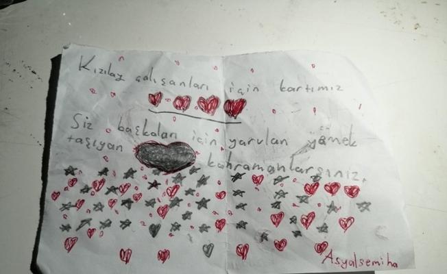 Depremzede çocuklardan Kızılay gönüllülerine kart