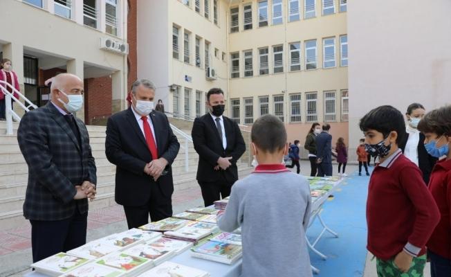 Yunusemre Belediyesinden çocuklara kitap hediyesi