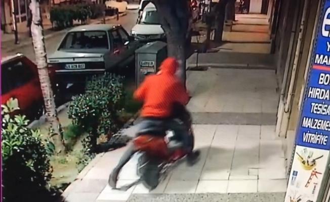 Kendi motosikleti gibi alıp gitti, güvenlik kamerasına takıldı