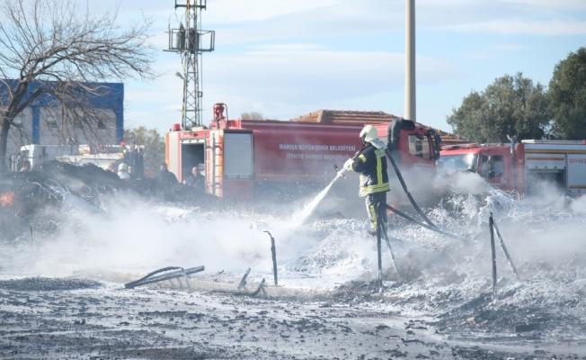 Manisa'da geri dönüşüm tesisindeki yangın söndürüldü