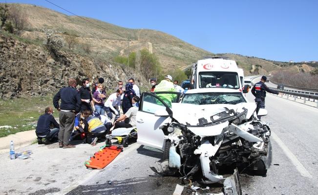 Otomobil tıra arkadan çarptı: 3'ü ağır 5 yaralı