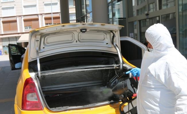 Akhisar Belediyesi resmi kurum ve ticari taksileri dezenfekte ediyor