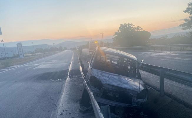 Bariyerlere çarpan otomobil alev alev yandı