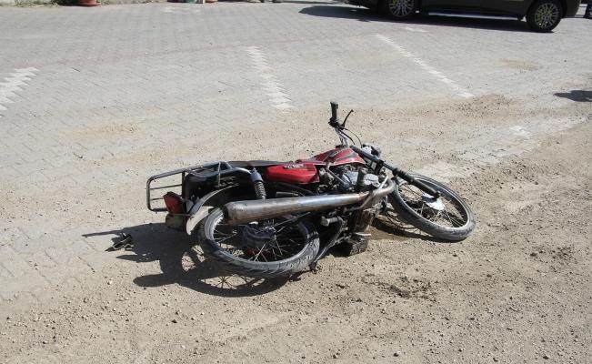Hafif ticari araç motosikletle kafa kafaya çarpıştı: 1 ağır yaralı