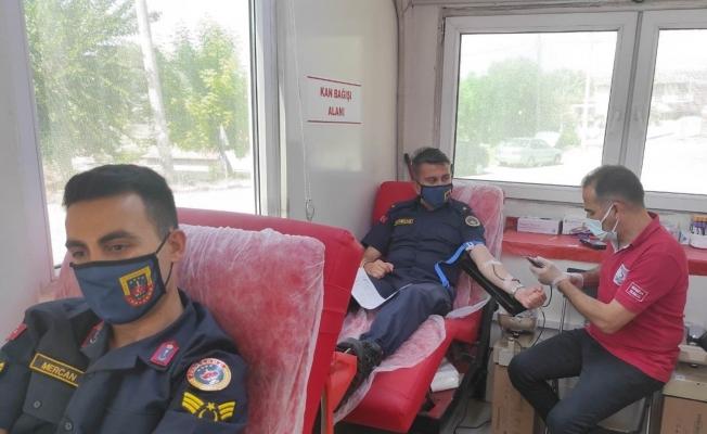 Jandarma bu kez hayat kurtarmak için kan verdi