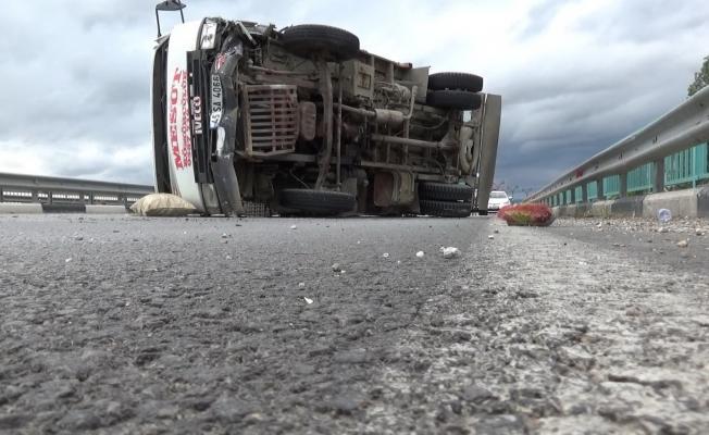 Manisa'da kamyonet köprü üzerinde devrildi: 3 yaralı