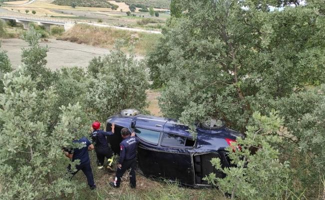 Manisa'da otomobil şarampole yuvarlandı: 3 yaralı
