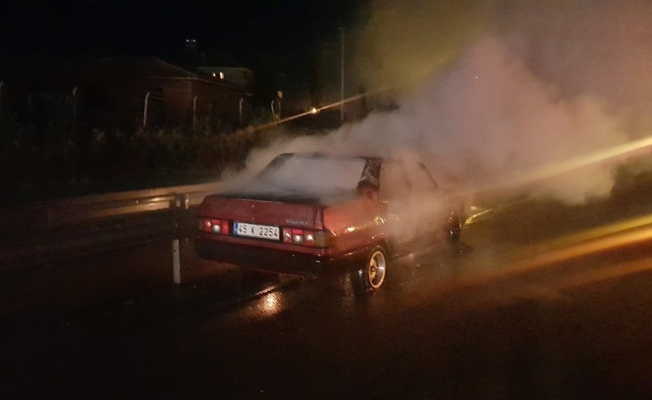 Orta refüje çarpan otomobil yanarak küle döndü