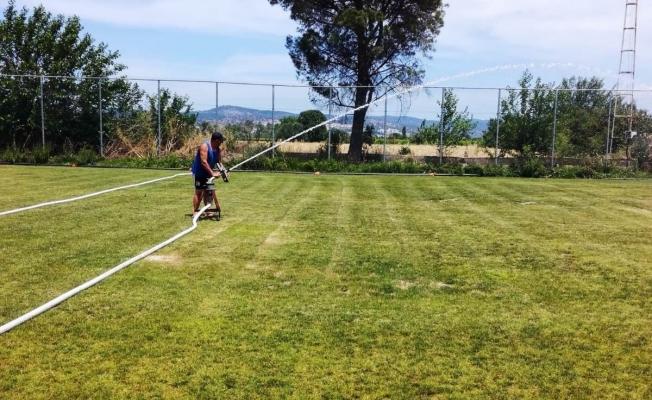 Yunusemre yeşil sahalarını genç sporcularına hazırlıyor