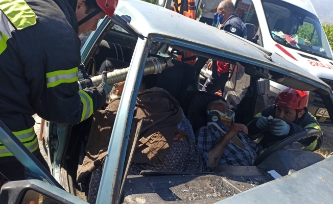 Manisa'da otomobiller çarpıştı: 1 ölü, 2 yaralı