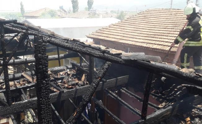 Manisa'da tek katlı ev tamamen yandı