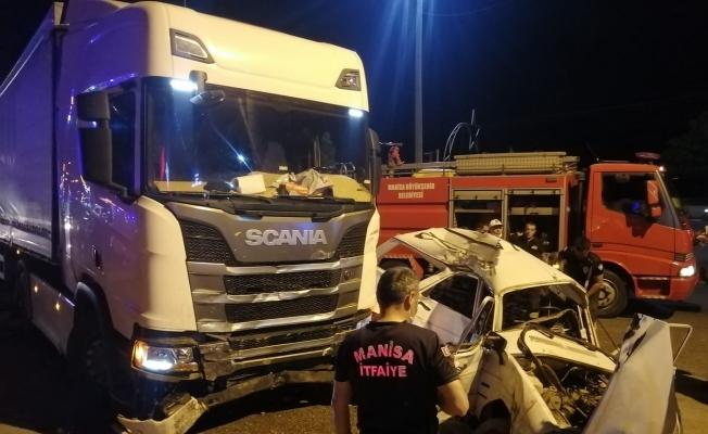 Manisa'da tır otomobili biçti: 1'si ağır 2 yaralı