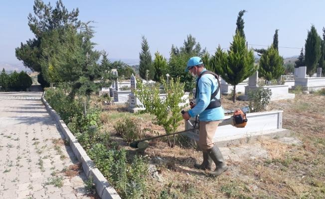 Mezarlıklarda bayram temizliği devam ediyor