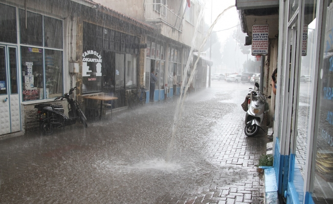 Sağanak yağış Kula'da sokakları göle çevirdi