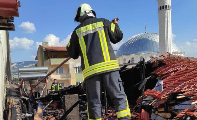 Söndü zannedilen mangal kıvılcımı evin çatısını yaktı