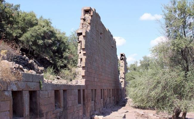 Yunusemre Belediyesinden Aigai'deki kazı çalışmalarına destek