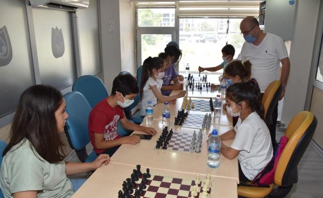 Yunusemre ile satranç öğreniyorlar
