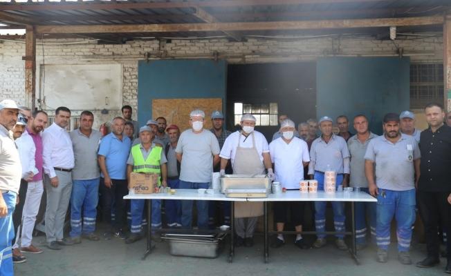 Başkan yardımcılarından belediye personeline aşure ikramı