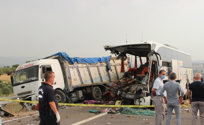 Manisa'da 6 kişinin öldüğü 42 kişinin yaralandığı kazada otobüsün çarptığı kamyonun sürücüsü tutuklandı