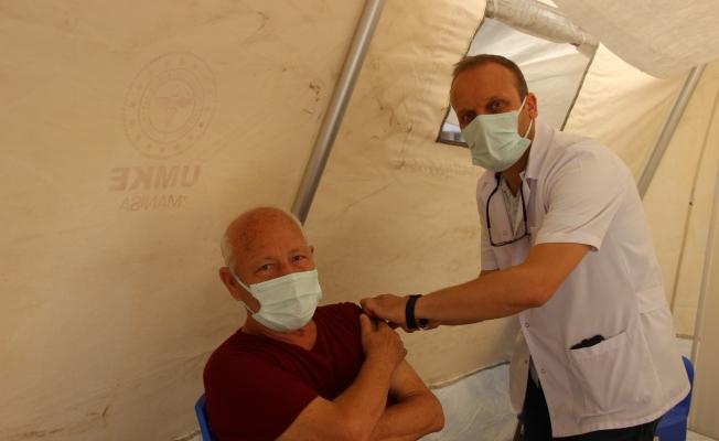 Manisa'da randevusuz aşı çadırına büyük ilgi