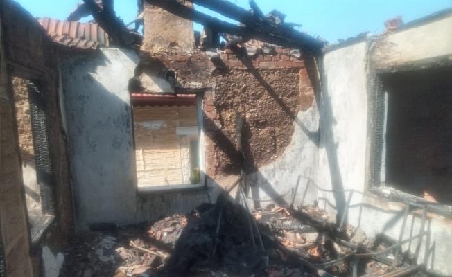 Manisa'da yangın: 3 ev kullanılamaz hale geldi