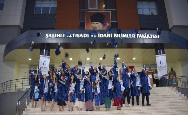 Salihli İktisadi ve İdari Bilimler Fakültesi ilk mezunlarını verdi