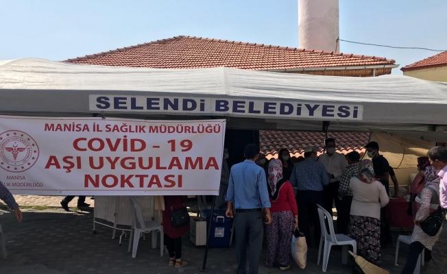 Selendi'de vatandaşlardan aşı çadırına yoğun ilgi