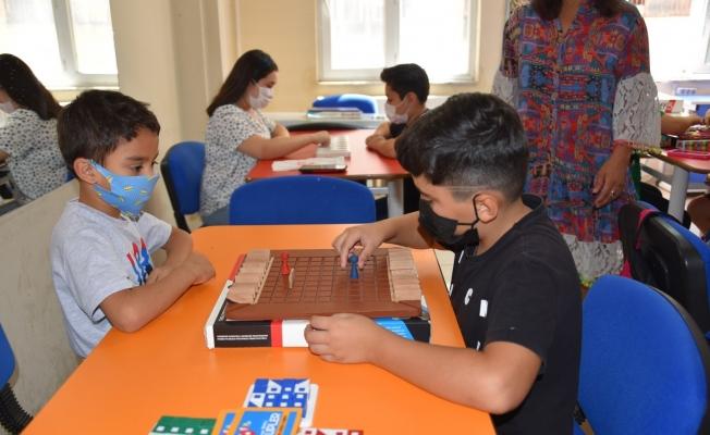 Yunusemre'de çocuklar 'akıl oyunları' ile hem eğlenip hem öğreniyor