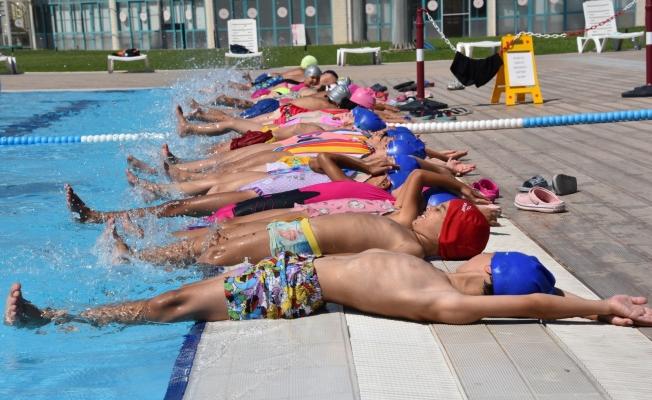 Yunusemreli çocuklar yüzmeyi öğreniyor