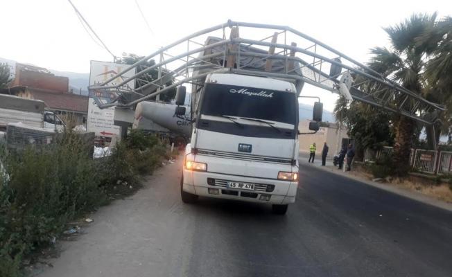 Damperi açılan kamyon, PTS kameralarını yıktı