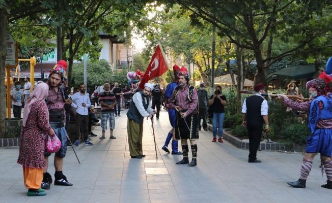 Manisa'da kurtuluş günü etkinliklerinde tiyatro sürprizi