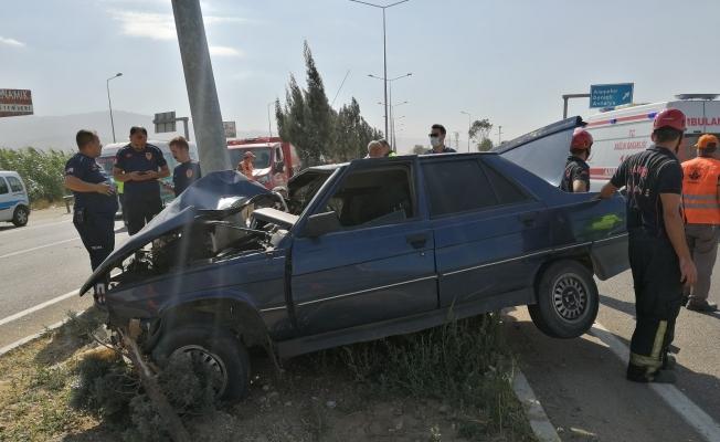 Otomobil refüjdeki direğe çarptı, sürücü ölümden döndü