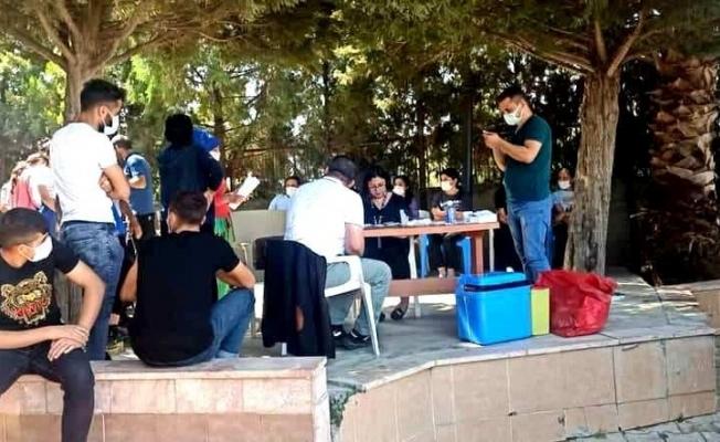 Sarıgöl'de ekipler mahalleleri gezerek aşı yapıyor