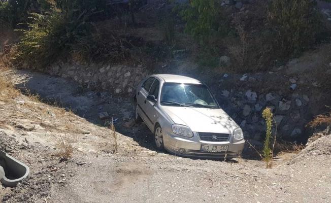 Tırın çarptığı otomobil sulama kanalına düştü: 2 yaralı