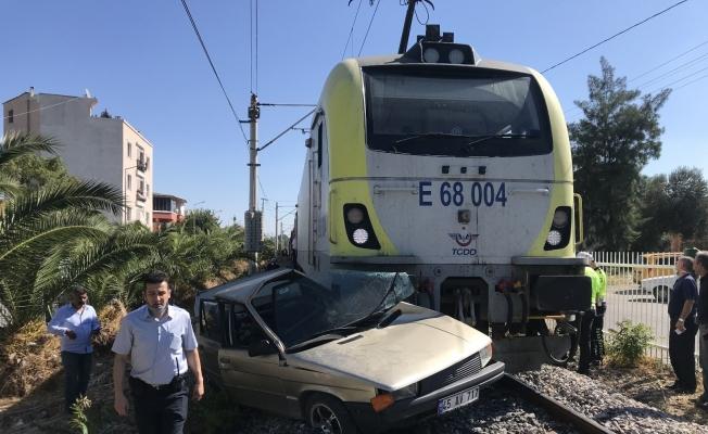 Yaşlı adam trenin çarptığı otomobilden sağ çıktı
