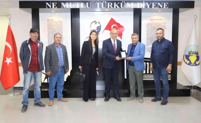 Başkan Akın'a yağlı güreşler için teşekkür plaketi
