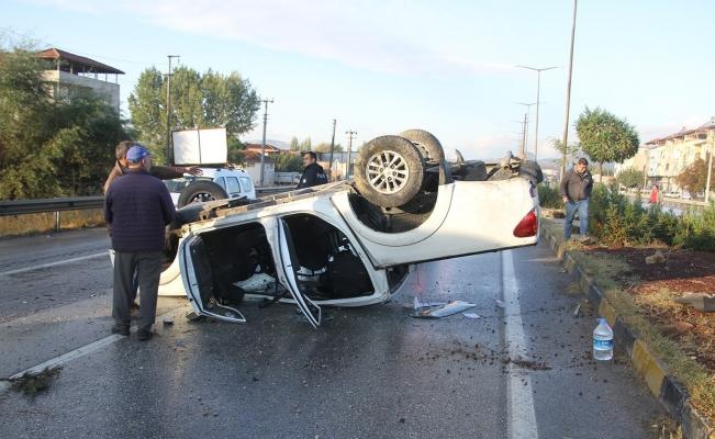 Kontrolden çıkan kamyonet takla atıp karşı şeride geçti: 3 yaralı