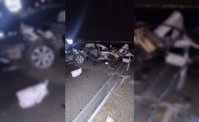 Manisa'da otomobil bariyerlere çarptı: 4 ağır yaralı
