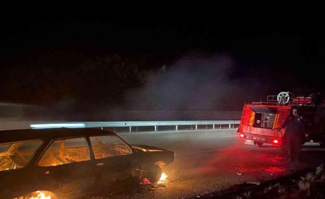 Manisa'da park halindeki otomobil yandı