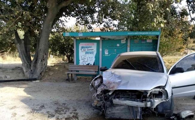Sürücüsünün direksiyon hakimiyetini kaybetti araç ağaca çarptı