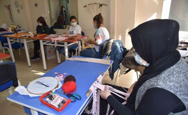 Yunusemreli kadınlar el sanatlarını öğreniyor