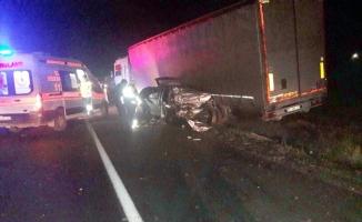 Manisa'da otomobil tıra çarptı: 2 ölü