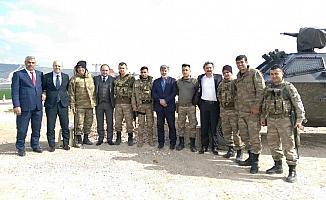 AK Parti'li Baybatur sınırda Mehmetçikle buluştu